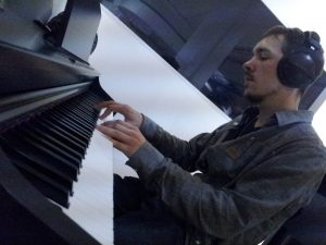 ceequ-pianoplayin-1
